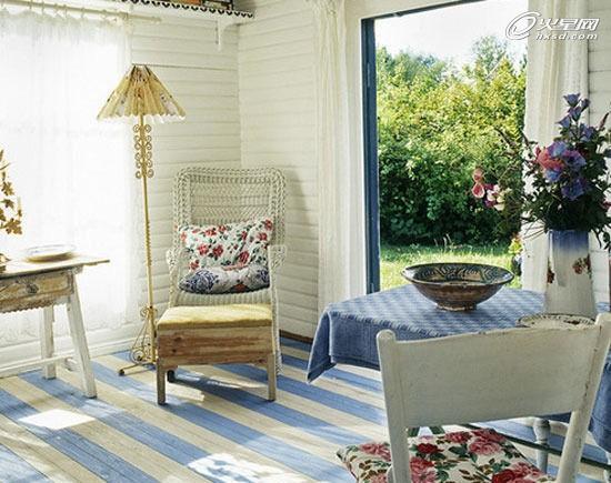 蓝白相间的地板更加渲染了房间明亮的视觉