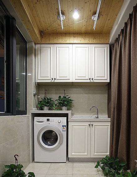 陽臺洗衣房功能區仍舊采用靠邊式設計,白色櫥柜簡單而典雅.